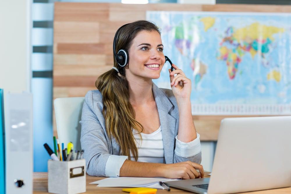 joven mujer hablando a un cliente en su oficina